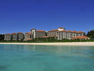ザ・ブセナテラス 海に囲まれた岬に建つホテルの目の前には真っ白な砂浜が