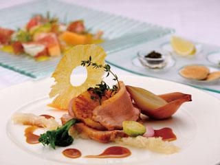 和洋中伊など多彩なレストランでは、島の食材を使った料理が楽しめる