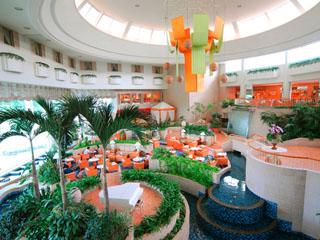 ラグナガーデンホテル 亜熱帯植物と水のせせらぎに癒されるアトリウムラウンジ