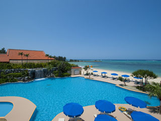 リザンシーパークホテル谷茶ベイ 年中無休の室内プールとビーチからそのまま入れる屋外プールがございます