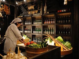 星野リゾート 青森屋 青森の食材をふんだんに使ったビッフェ形式のレストラン。名物の月替り海鮮丼が人気