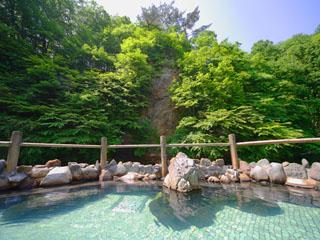 湯の杜ホテル志戸平 渓流沿いの露天風呂。四季折々の幻想的な景色をお楽しみ頂けます