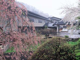 大沢温泉山水閣 山水閣の他に築200年の湯治場自炊部、対岸には茅葺屋根の別館菊水館と3棟からなり、異なる情緒の湯めぐりをお楽しみ頂けます。