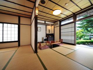 生寿苑 広さ14畳以上の客室には全室に掘りごたつが備えつけられのんびりほっこりできる
