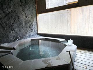 源泉掛流しの湯めぐりテーマパーク龍洞 「星の雫」は六角形の石の風呂、「雅」はしっとりと落ち着いた雰囲気の檜の浴槽