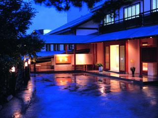 草津温泉 望雲 温泉街中心の高台にあるモダンな和風旅館。大きな石献花庭園がある庭園風の露天風呂は快適です。