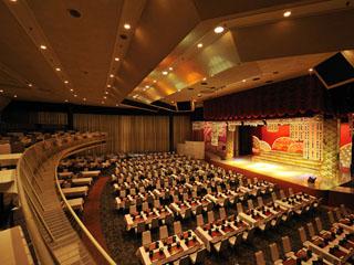 ホテルサンハトヤ 夕食はショーを見ながらのディナーショー形式