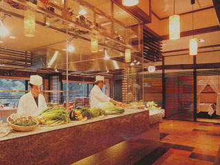 喜代美山荘 花樹海(2019年4月1日より:夕凪の湯 HOTEL花樹海) オープンキッチンの食事処
