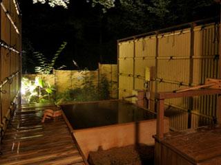 箱根小涌谷温泉水の音 貸切風呂は庭園に3ヶ所あり、空いていれば自由に入ることができる