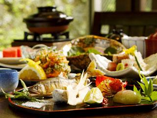 箱根小涌谷温泉水の音 その日の気分で選べる夕食は、四季彩豊かな足柄遊膳又は炙り焼からチョイス