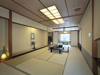 箱根花紋 基本プラン客室。10畳+4~6畳続きの間、足が伸ばせる掘りごたつがございます