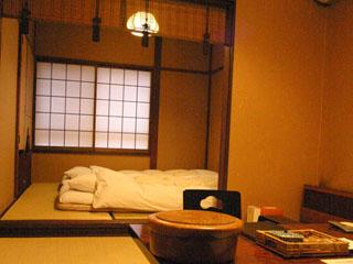 おくど茶寮 利休庵 2F4室 2間続きの和室。いつでもお寛ぎ頂けるよう、奥の間にお布団をご用意