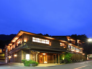 彌榮館 山と緑に囲まれた温泉街にある宿