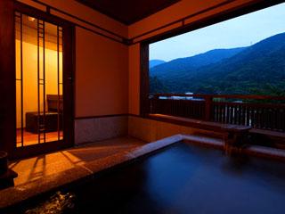 彌榮館 浴槽より夕暮れの箱根連山を眺められるそよぎの間 「瑞雲」