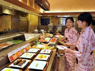 きぬ川ホテル三日月 バイキング会場では、出来立て・アツアツのお料理をお届けします