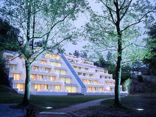 ヤマハリゾート つま恋 山の斜面を利用して建てられた、ホテル・サウスウィング