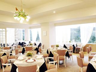 横浜テクノタワーホテル ホテル2階には2店舗のレストラン。フレンチコースからお子様メニューまで充実