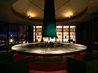 定山渓第一寶亭留 翠山亭 大きな円形の石テーブルが印象的な茶房&ギャラリー「古窓」。夜はカクテルも
