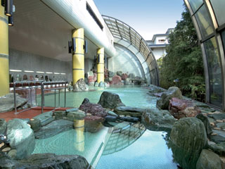 北陸福井あわら温泉 美松 滝も雄壮な開閉ドーム式庭園大浴場「太陽殿」