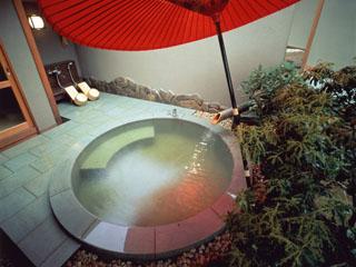 あたみ石亭別邸 桜岡茶寮 江戸時代の花魁の名を冠した離れには、さまざまな趣向の露天風呂を設置しています