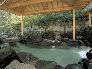 熱海金城館 優雅な露天風呂「漆殿」。肌にやさしい熱海の名湯が日々の疲れを癒してくれる