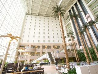 シャトレーゼガトーキングダムサッポロホテル&スパリゾート 天井約50m吹き抜けの開放的なアトリウム