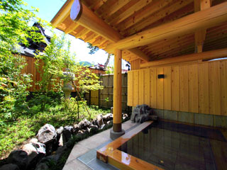 川場温泉かやぶきの源泉湯宿悠湯里庵 歴史ある武尊神社を望む武尊乃湯は源泉をかけ流しで贅沢にお楽しみいただけます