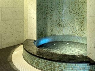 サウナの後は、青いライトが幻想的な水風呂へ