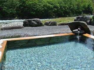 ゆの宿 上越館 お湯は無色透明。しっとりとした感触で、源泉かけ流し