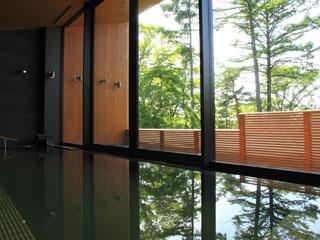 軽井沢プリンスホテル イースト 天然温泉の内湯や露天風呂でゆったりとした時間を
