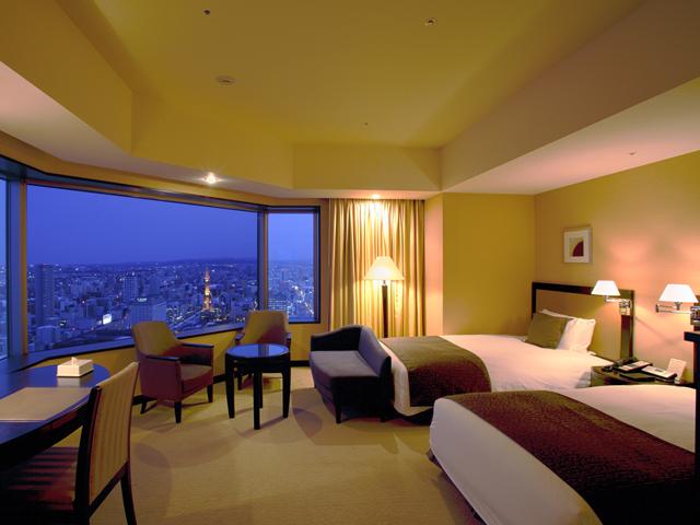 洗練された客室。大きな窓から眺める夜景と星空も魅力的