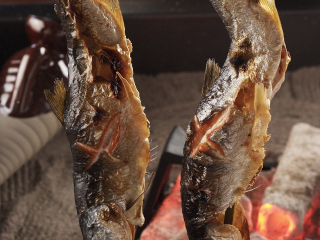 丸駒温泉旅館 人気の囲炉裏会席。写真は名物姫鱒の串焼き