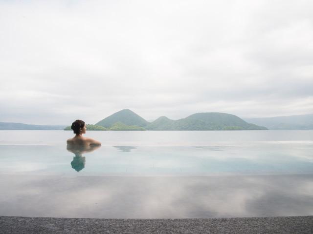 湖とひとつになり、絶景に浸かる露天風呂