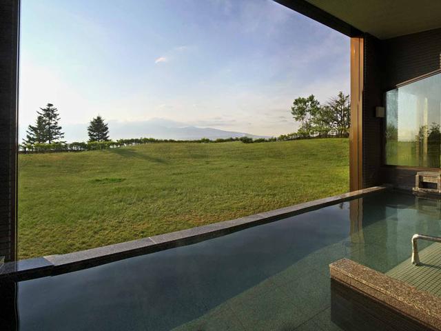 富良野リゾートオリカ 十勝岳連峰を望む露天風呂
