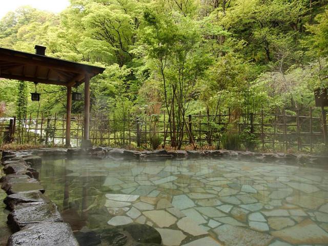原瀧 露天風呂(男湯) 原滝に臨む自家源泉かけ流しの風呂