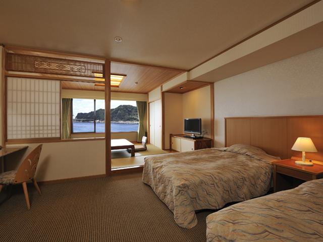 鴨川ホテル三日月 全室オーシャンビュー。窓の外に輝く海がお出迎えします