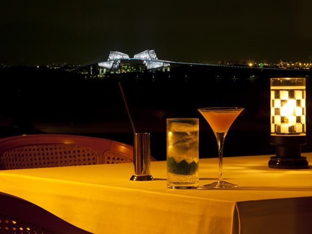 ホテル最上階では東京ゲートブリッジの夜景も。バーテンダーの作るカクテルと共に