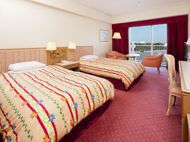 アトリウムを囲む全703室の客室は、明るい色調で統一されたくつろぎの空間