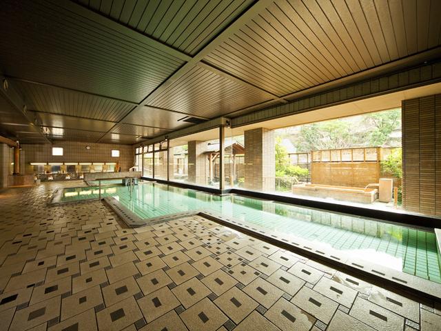 ホテル河鹿荘 2階の男性大浴場は開放感に溢れています