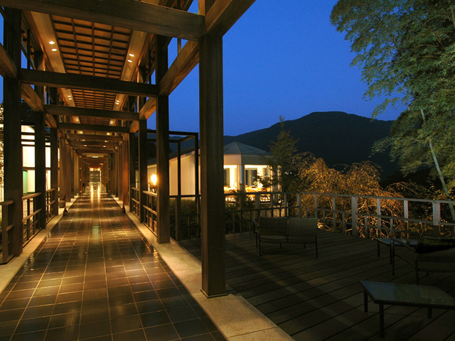 箱根の大自然を望む約10000坪の敷地に建つ本館