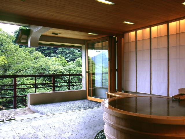 客室は円形檜風呂を備えるなどの趣向を凝らしている