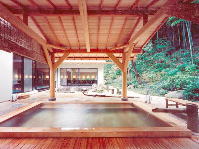 湯本富士屋ホテル 男性檜露天風呂。岩風呂や広々とした内風呂も楽しめる