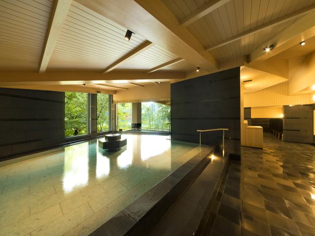 和モダンな空間を演出した棚湯内風呂