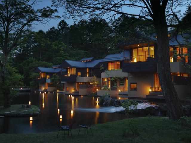 星のや軽井沢 川の流れに沿って佇む集落は、季節ごとにその姿を変える