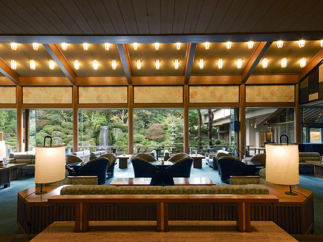欅の一本柱や日本庭園を眺める優雅なロビーラウンジ