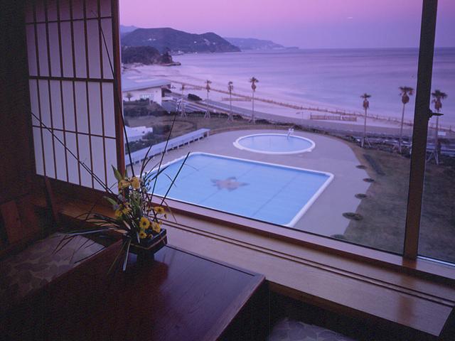 碧い海、白い砂浜、客室からは目の前に太平洋を望めます