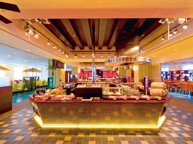 ホテルユニバーサルポート ポートダイニング リコリコでは、金色のブッフェカウンターにシェフ自慢の料理がずらり♪