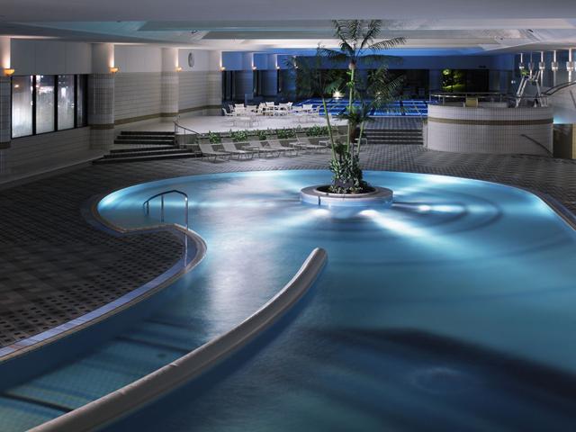 シティホテルでは日本最大級の屋内プール「ロイヤルスイミングクラブ」