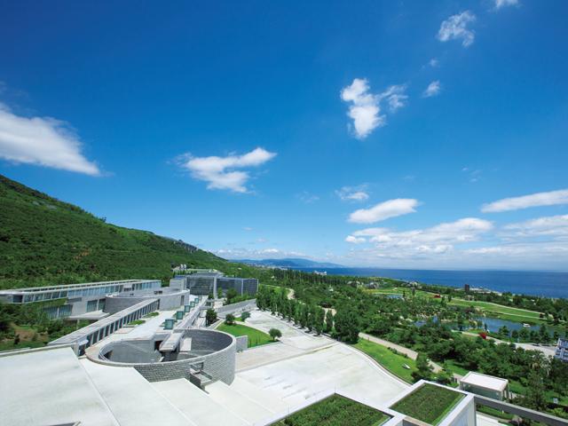 ウェスティンホテル淡路 客室からは青い海と広大な緑のパノラマが楽しめます