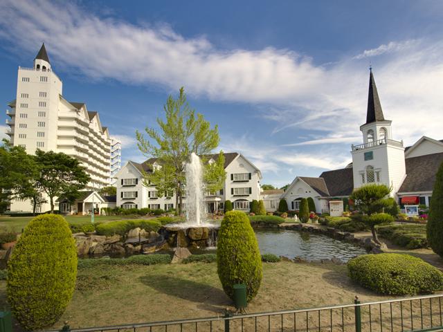 ホテルグリーンプラザ東条湖 東条湖おもちゃ王国の目の前、白亜のホテル